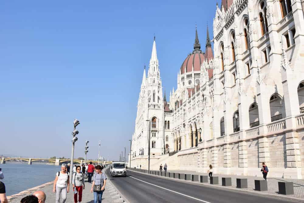 Šetalište pored Parlamenta u Budimpešti