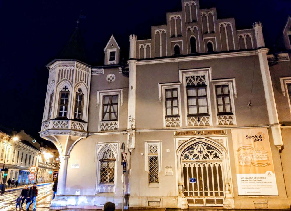 Crna kuća u Segedinu u večernjim satima