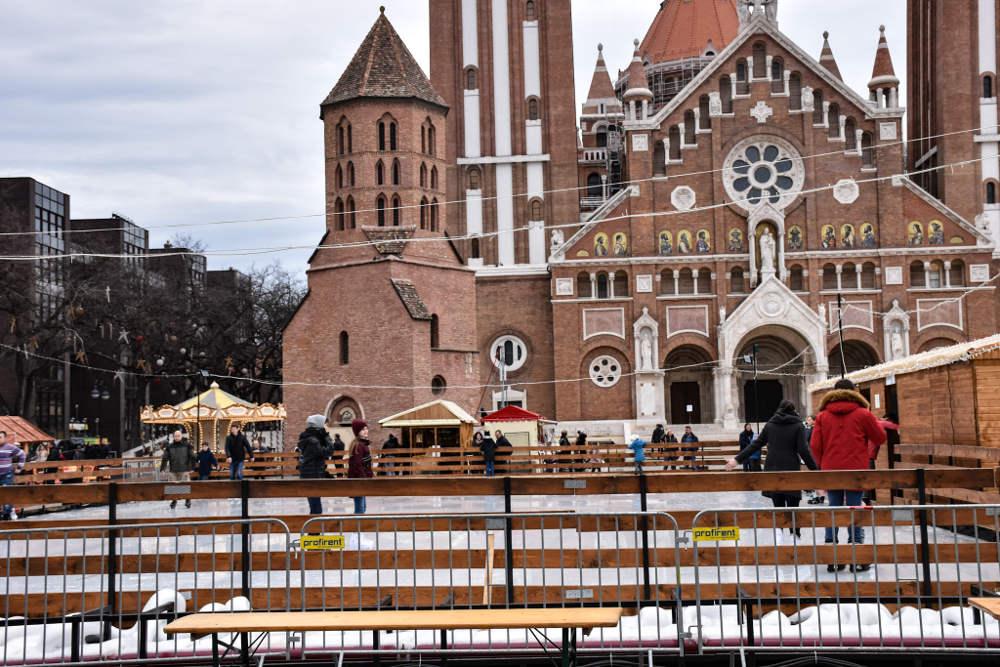 Klizalište na Trgu Dom ispred Zavetne crkve u Segedinu povodom božićnog marketa