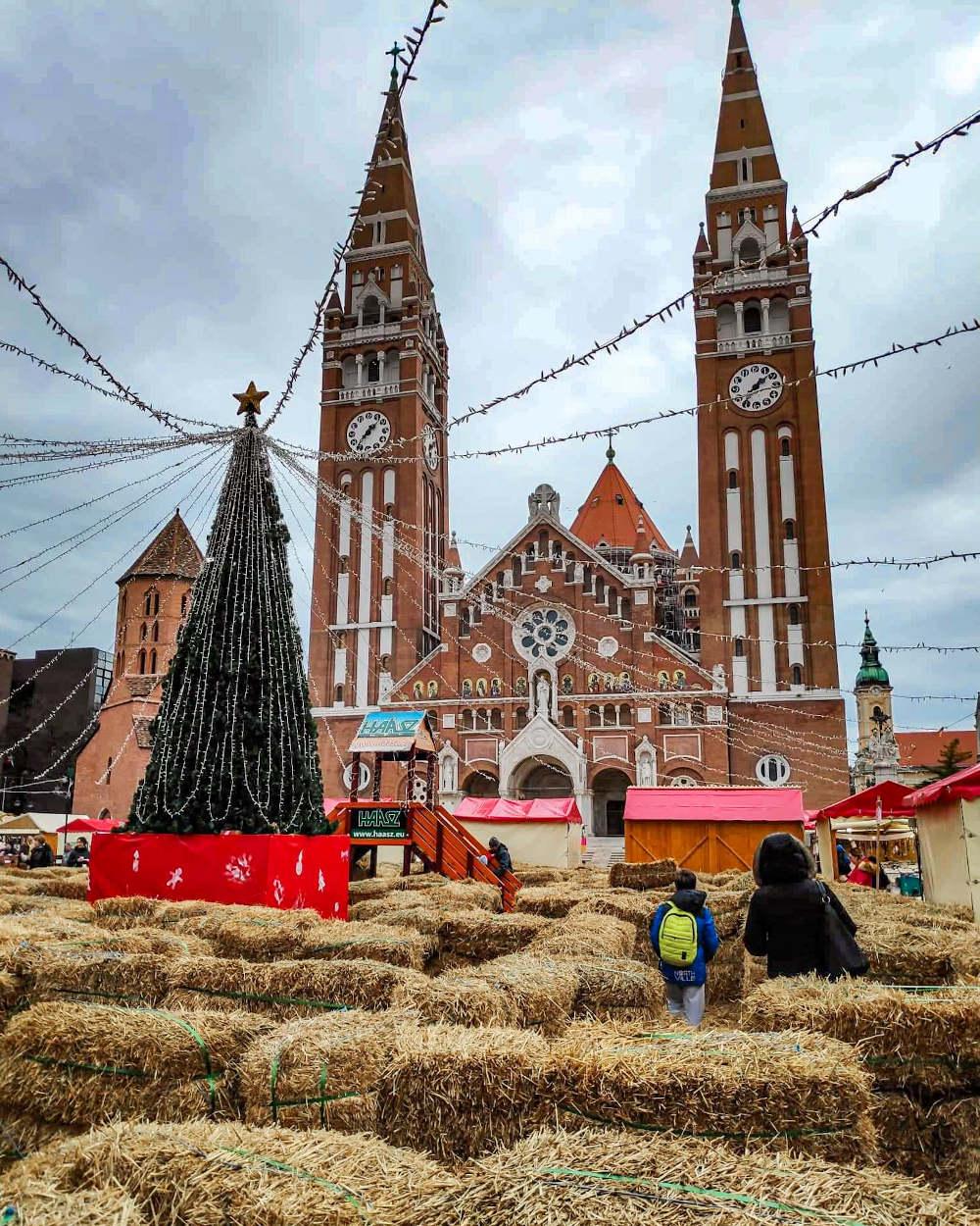 Lavirint od slame na Trgu Dom ispred Zavetne crkve u Segedinu povodom božićnog marketa