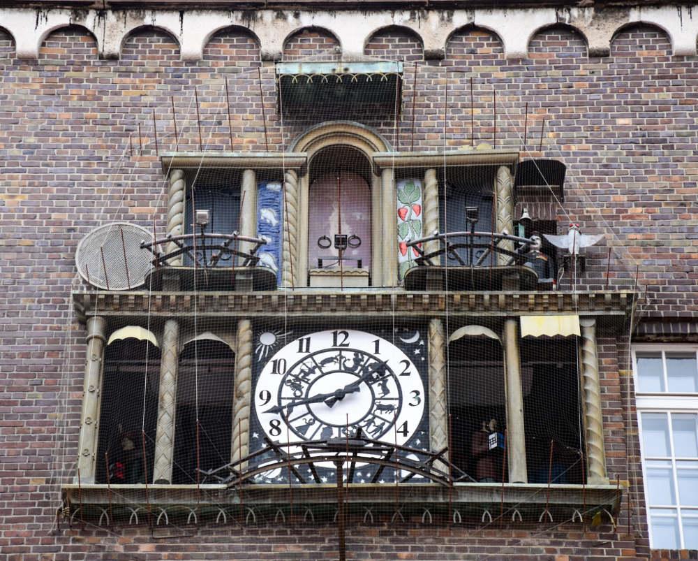 Muzički sat preko puta Zavetne crkve u Segedinu, krupan plan