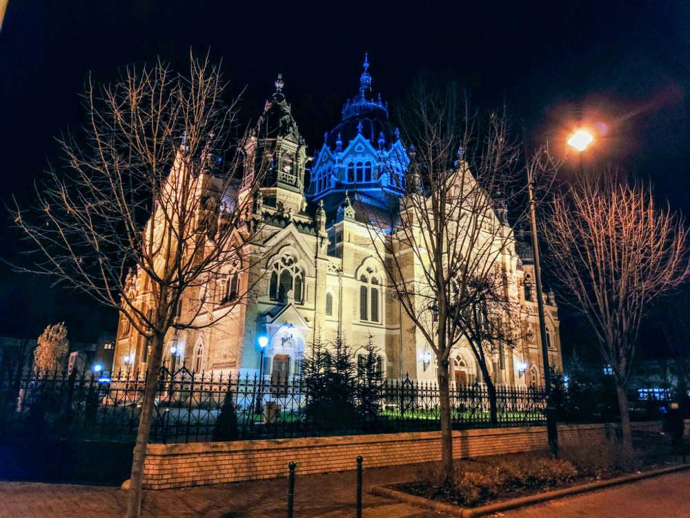 Nova sinagoga u Segedinu uveče
