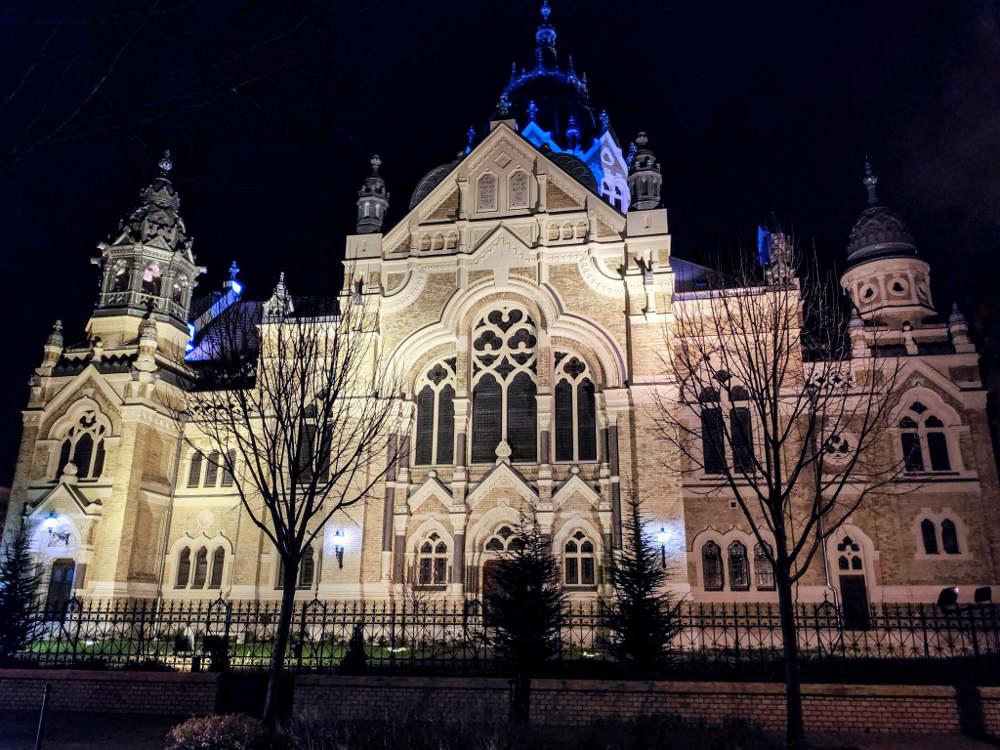 Nova sinagoga u Segedinu uveče, spreda