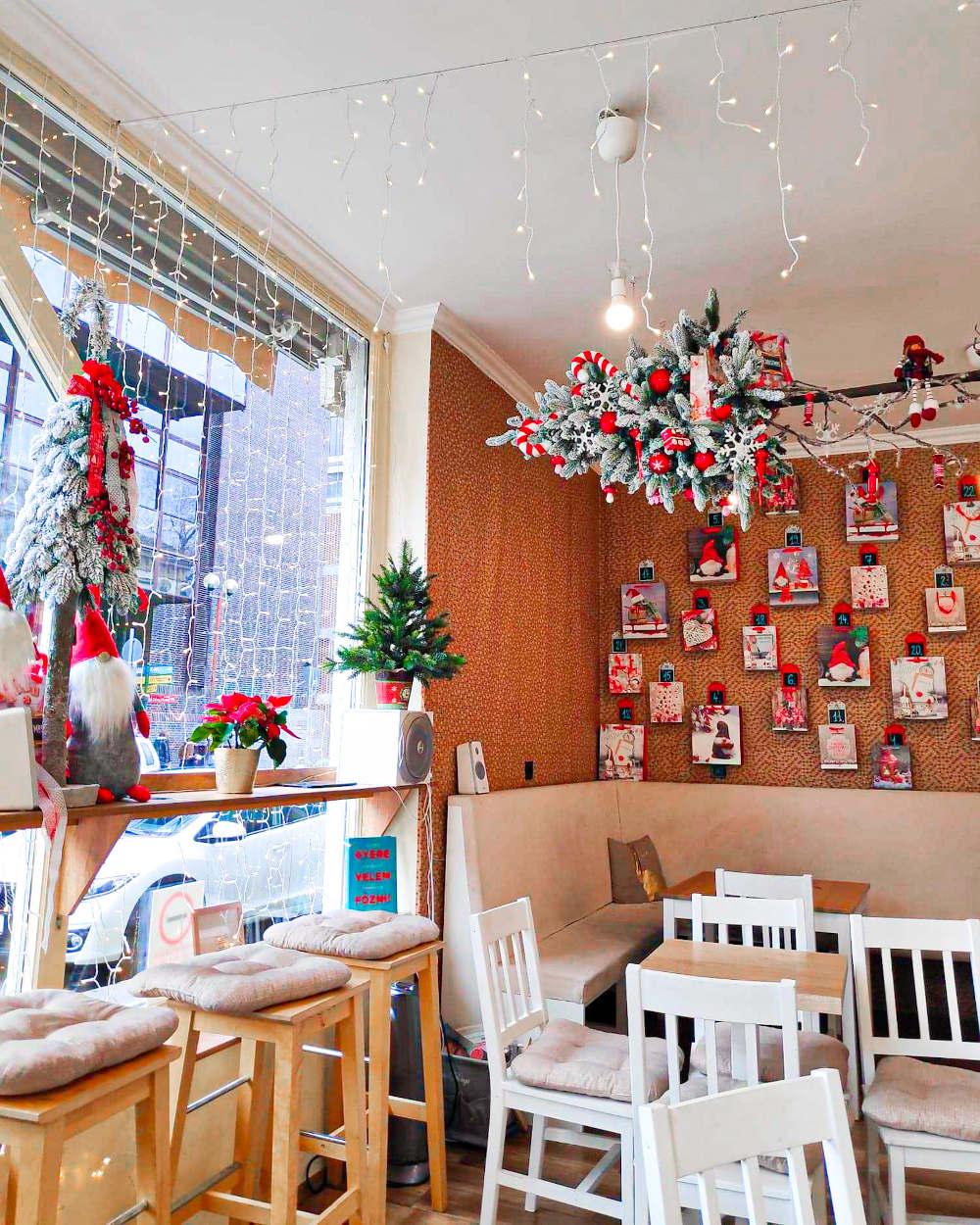 Božićna dekoracija jedne male poslastičarnice u Segedinu