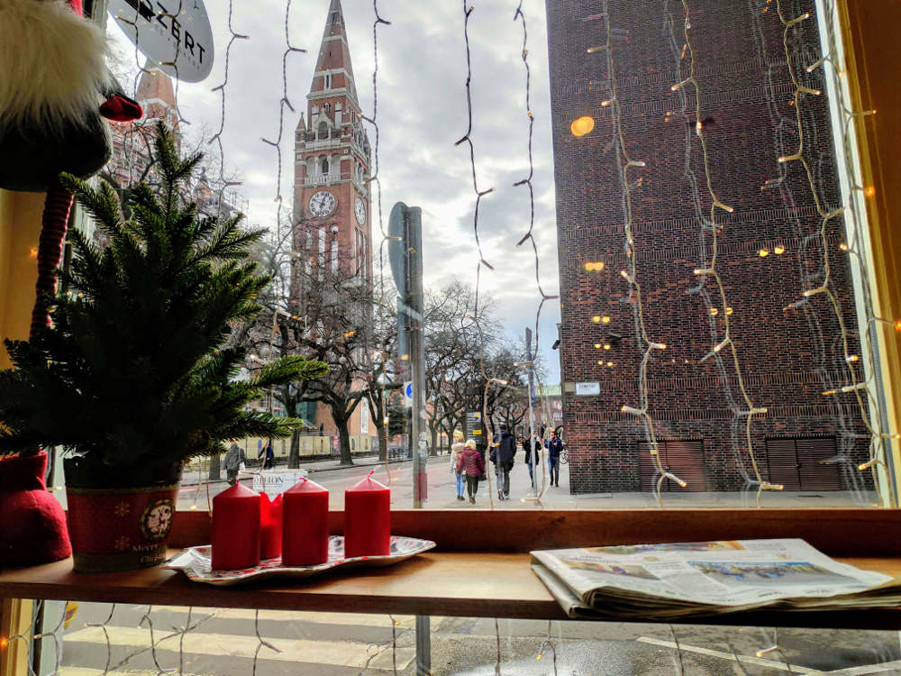 Pogled na katedralu i Trg Dom u Segedinu kroz izlog poslastičarnice