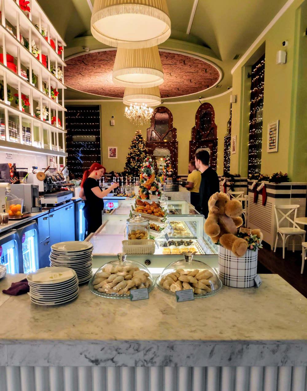 Poslastičarnica u Reok palati u Segedinu, božićno okićena