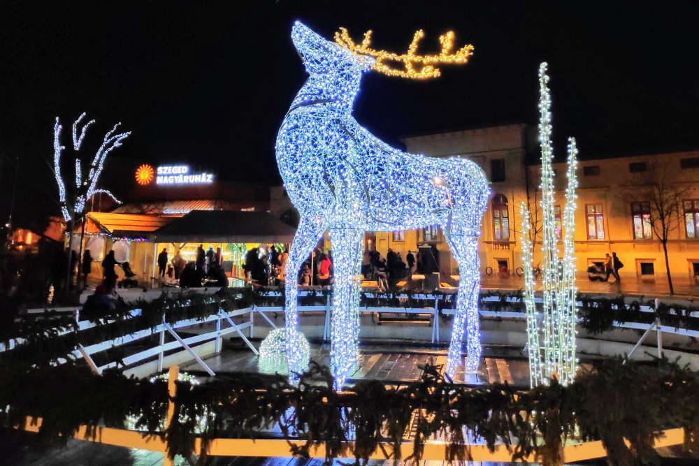 Veliki svetleći irvas na trgu Dugonič u Segedinu u večernjim satima, božićna atmosfera