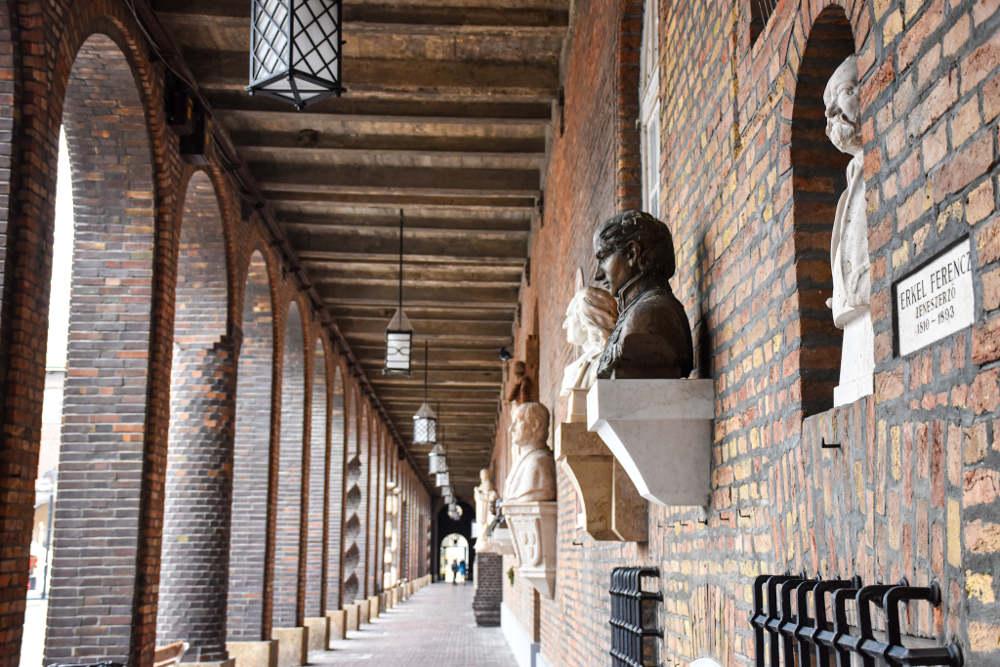 Nacionalni panteon u Segedinu, niz figura istaknutih madjarskih ličnosti