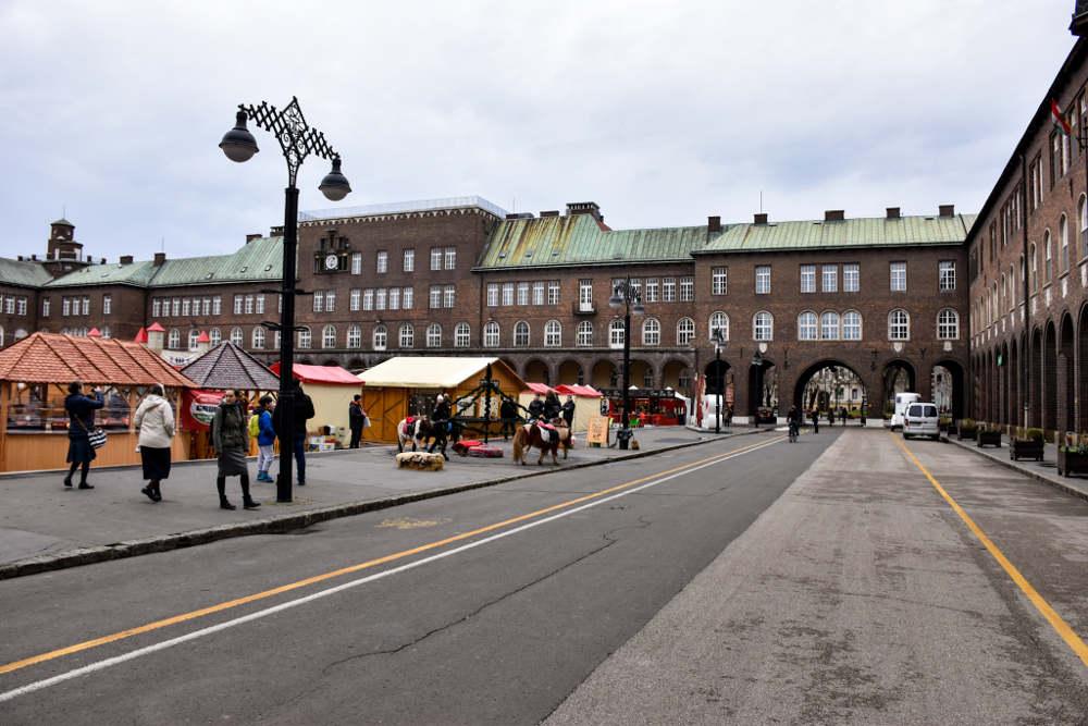 Trg Dom u Segedinu ispunjen kućicama za božićni market