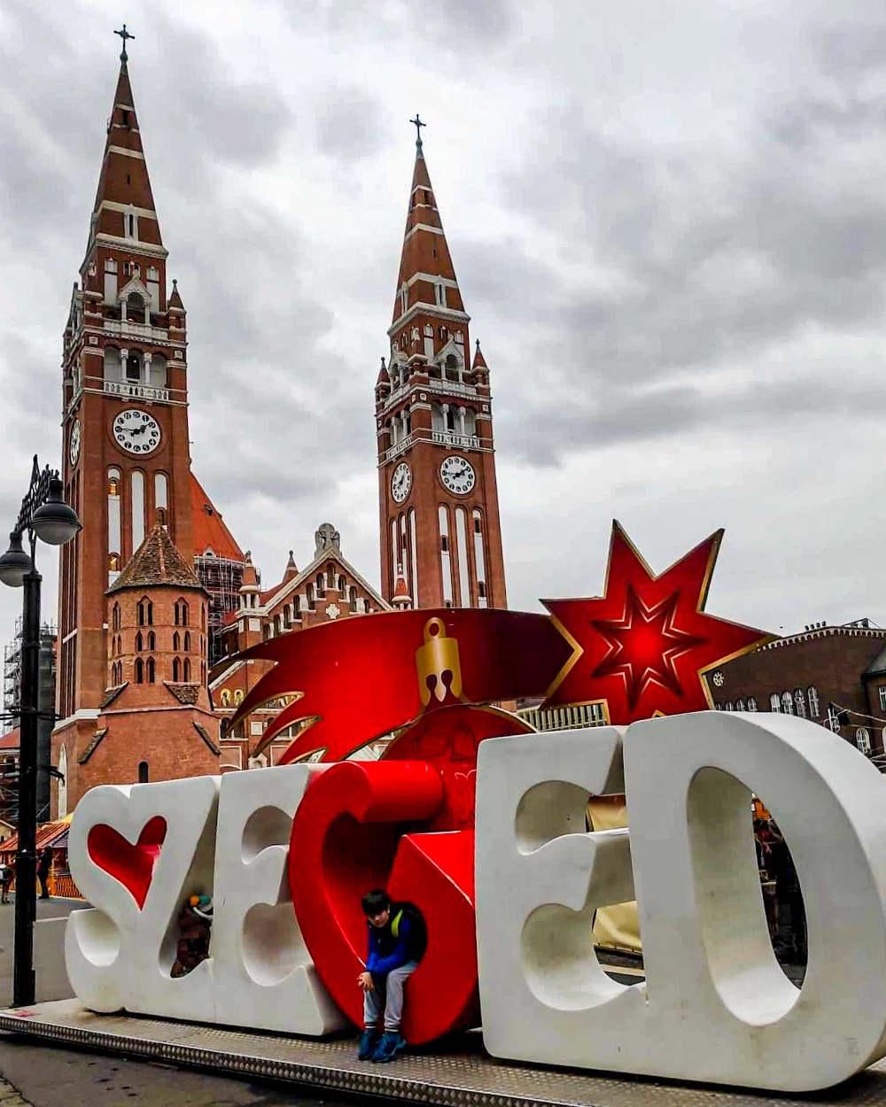 Znak Szeged ispred Zavetne crkve u Segedinu