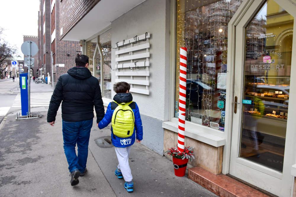 Šetnja po Segedinu, prolazak pored poslastičarnice