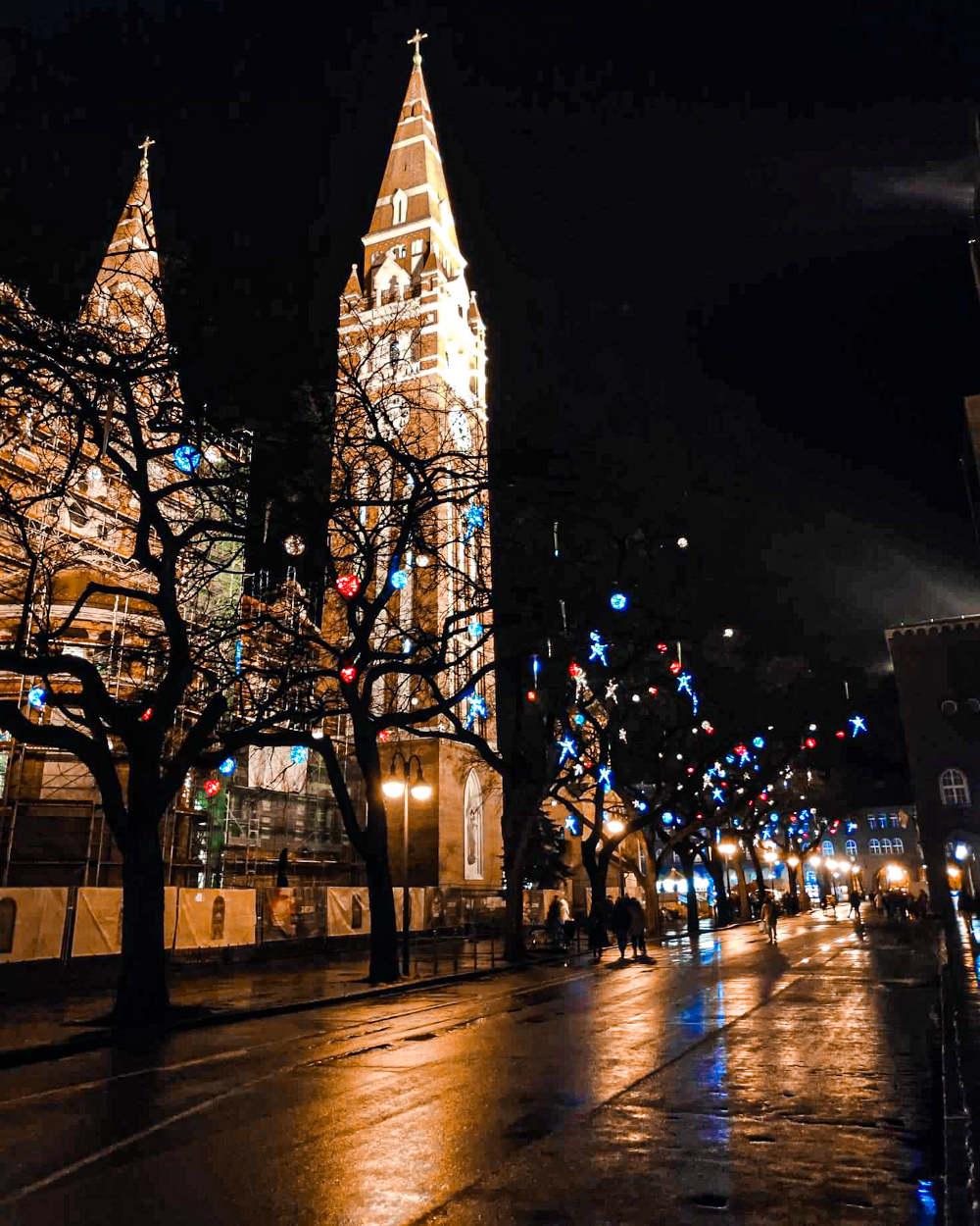 Zavetna crkva u Segedinu noću, božićno okićeno drveće